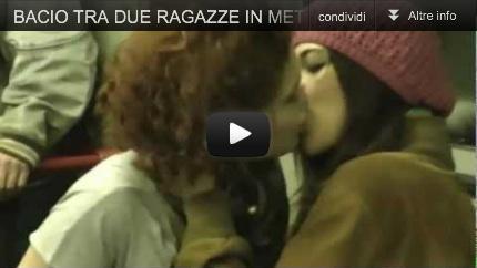 Bacio tra due donne