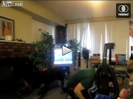 La moglie gli spegne la Playstation, il marito la aggredisce con violenza [VIDEO]