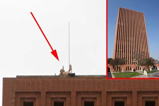 Ragazzi sul tetto dell'università