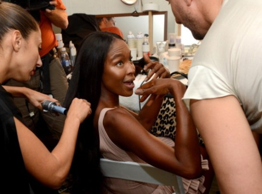 Naomi Campbell in sedia a rotelle