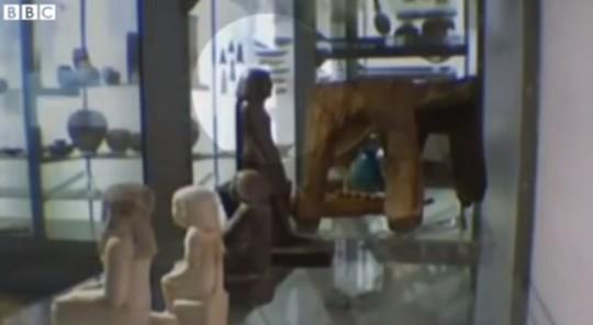 Statua egizia si muove da sola