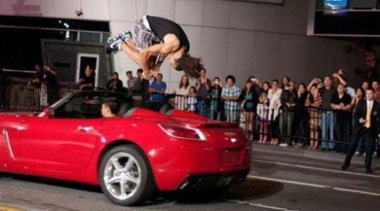 Salta auto in corsa