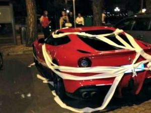 Ferrari di Balotelli avvolta nella carta igienica