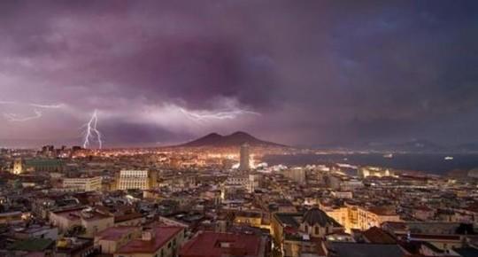 Tempesta a Napoli, fulmini sul Vesuvio