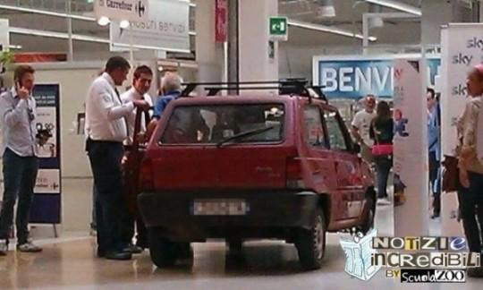 pensionato entra nel supermercato con la Panda