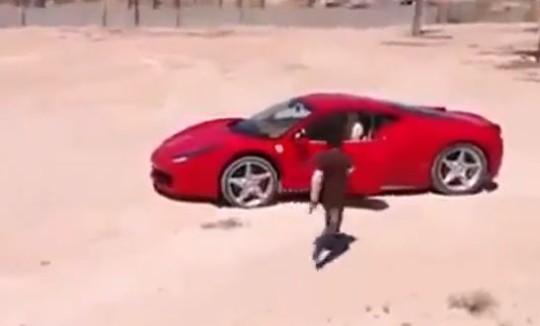 Bambino guida una Ferrari 458 Italia