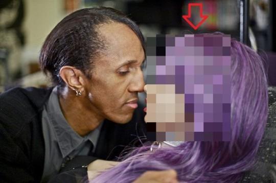Uomo fidanzato con una bambola
