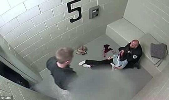 Picchiata dalla polizia