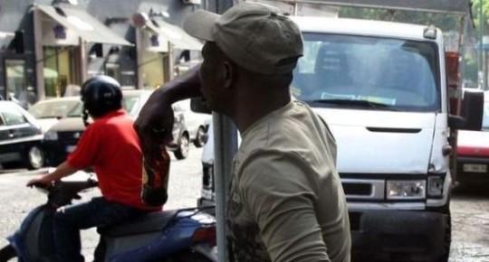 Napoli, immigrato attacca uno scippatore e restituisce la borsa alla vittima