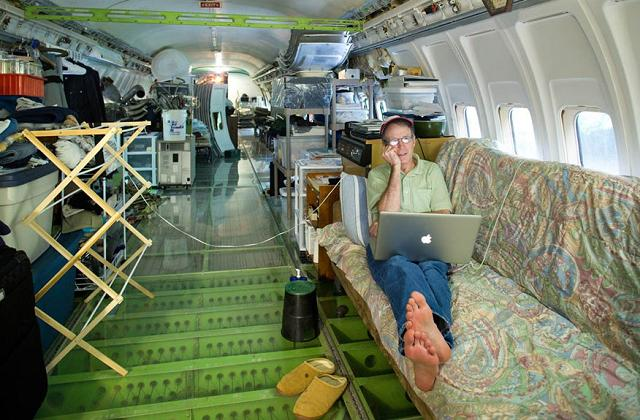 Uomo che abita in un Boeing 727