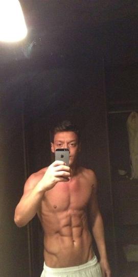 E' Mesut Ozil, trequartista tedesco di origine turca della squadra madridista.