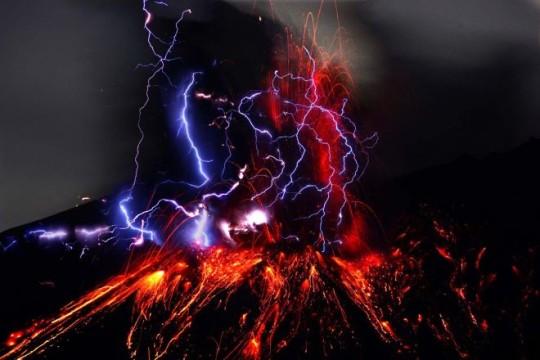 N. 1 Fulmine vulcanico - A volte, quando un vulcano esplode, rilascia una potente quantità di energia nell'atmosfera. Questa scossa improvvisa può provocare forti reazioni che in ultima analisi producono un fulmine all'interno di un'eruzione!