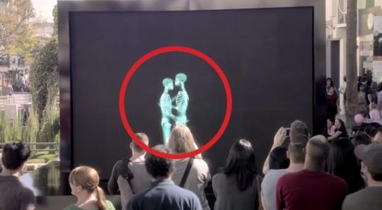2 Persone Si Baciano Dietro Uno Schermo