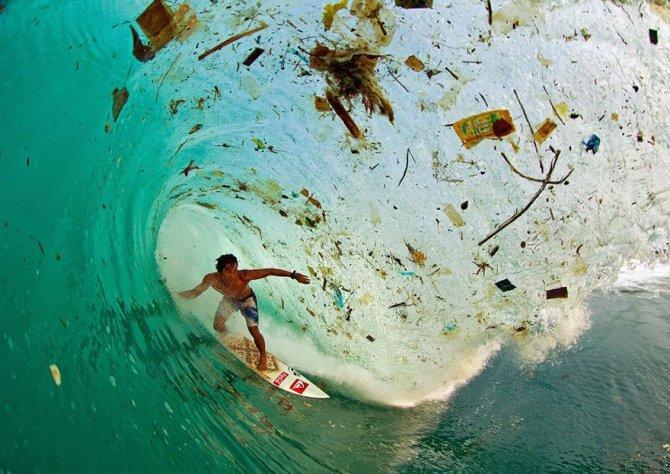 Questo surfista che cavalca un'onda di spazzatura a Java (Indonesia), l'isola più popolosa del mondo