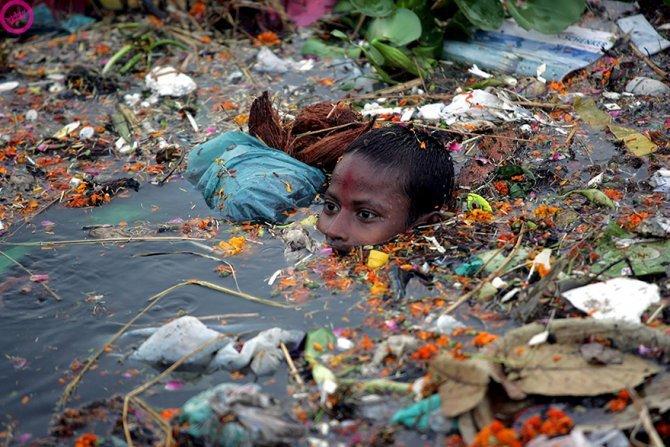 Questo ragazzino che in India nuota nelle acque inquinate