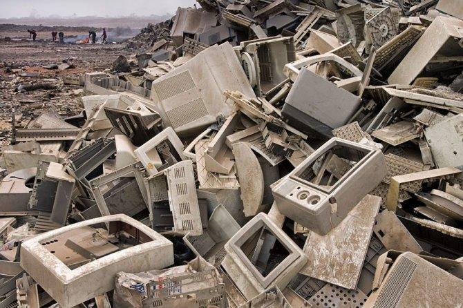 Questo cimitero dei computer che si trova in Ghana, come la maggior parte dei rifiuti elettronici che finisce in Africa