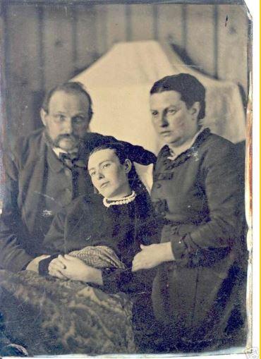 La foto di famiglia con i morti; un momento doloroso ricorrente alle famiglie di fine 800'. La morta è la figlia al centro