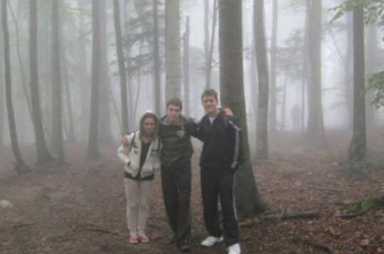 Una gita nel bosco e una bella foto ricordo. Ma chi è che li sta osservando???