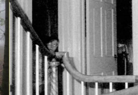 Conoscete la storia della casa di Amityville? Se la risposta è si, allora sappiate che quello è il fantasma di un membro della famiglia, fotografato molti anni dopo.