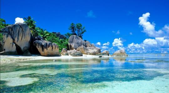 """CUSTODE DI PARADISE ISLAND - Qualche anno fa Ben Southall, di Petersfield (GB), ha battuto quasi 35.000 candidati provenienti da tutto il mondo per l'assegnazione di un lavoro di """"custode"""" di Hamilton Island, nella Grande Barriera Corallina. Ottimo lo stipendio, superiore a 110 mila dollari australiani (circa 75 mila euro) per 6 mesi di lavoro. Tra le competenze richieste, quella di sapere nuotare e la voglia di esplorare l'isola. Come alloggio gli è stata fornita per sei mesi una villa di tre camere e con piscina. Il suo datore di lavoro era il dipartimento del turismo dello stato del Queensland (Australia), a cui serviva sì un custode, ma soprattutto pubblicità: l'annuncio è stato infatti pubblicato per far conoscere al mondo, attraverso una campagna virale, il fascino del nord-est del Queensland."""