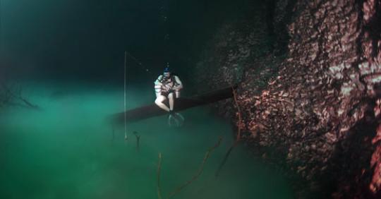 Si immerge a 60 metri per fotografare gli abissi