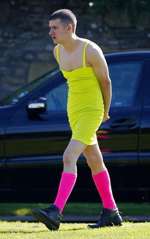 Al funerale del suo migliore amico ha indossato questo vestito giallo… Ed è stato bellissimo!