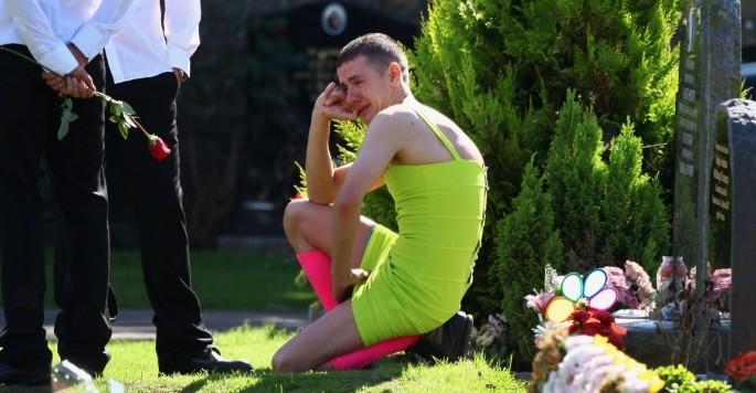 Questo uomo ha indossato un pacchiano vestito giallo per il funerale del suo migliore amico… Ed è stato bellissimo!