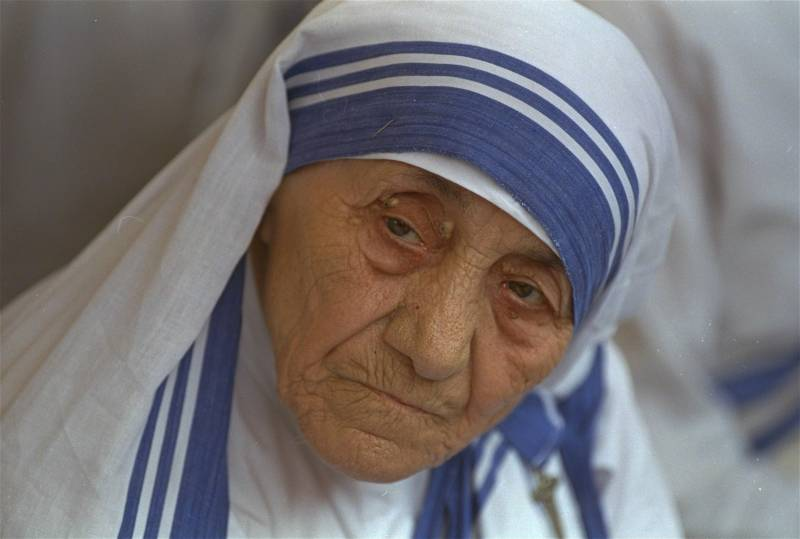 8. CANONIZZAZIONE MADRE TERESA - Madre Teresa di Calcutta sarà Santa nel 2016. Lo ha deciso Papa Francesco che, nel giorno del suo 79esimo compleanno, ha dato il via libera definitivo alla canonizzazione della suora albanese Premio Nobel per la pace nel 1979. La data della cerimonia è quella di domenica 4 settembre 2016, quando in Vaticano si svolgerà il Giubileo degli operatori e dei volontari della misericordia (Foto Lapresse)