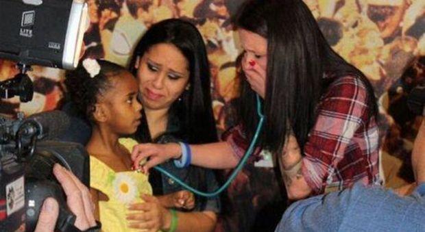 Dona gli organi del figlio ucciso e ascolta di nuovo il suo cuore nel petto di un'altra bambina: il miracolo di Heather
